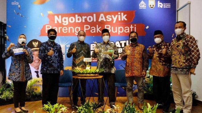 Bupati Rembang, Kepala Dinas Perdagangan, Koperasi, dan UMKM, dan manajemen Semen Gresik-SIG berfoto bersama setelah pemotongan tumpeng perayaan 1 tahun Rumah BUMN Rembang.