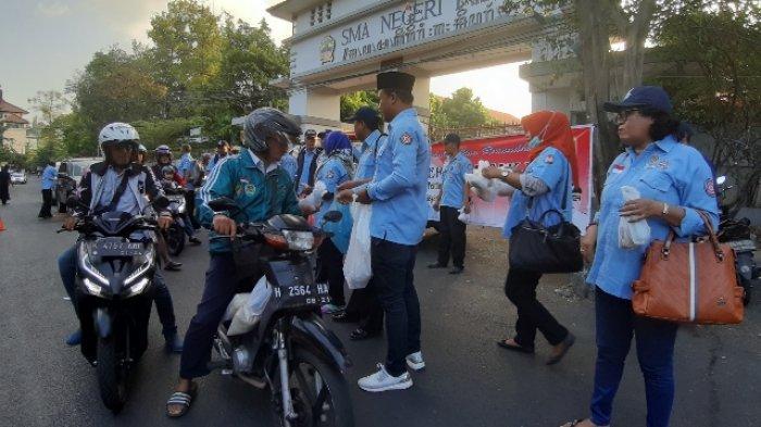 Pemuda Pelopor Perdamaian Kota Semarang Bagikan 400 Takjil di Depan SMAN 1 Semarang