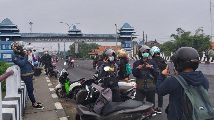 Para Pemudik Asyik Berfoto Ria di Gerbang Kota Tegal, Jadi Lambang Kelegaan