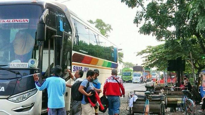 Pemudik dari berbagai daerah turun dari bus di depan Terminal Tipe A Pemalang, beberapa waktu lalu.