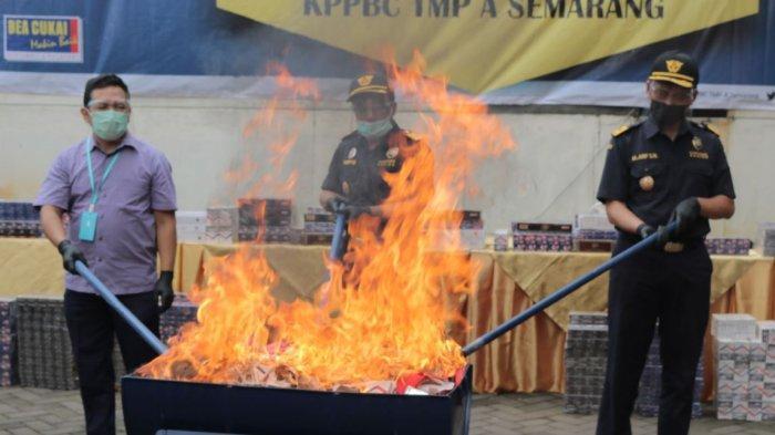 Ratusan ribu batang rokok ilegal dimusnahkan. Pemusnahan dilakukan  di kantor  Bea dan Cukai