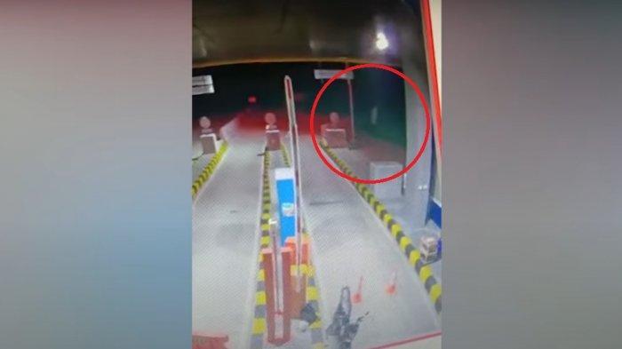 CCTV Penampakan Pocong Lompat-lompat di Gerbang Tol Trending: Ada Kuburan