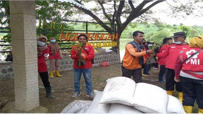 Penanaman bibit pohon oleh relawan PMI, relawan Ganefo dan masyarakat di Embung Ngepringan, Kecamatan Jenar, Sragen.