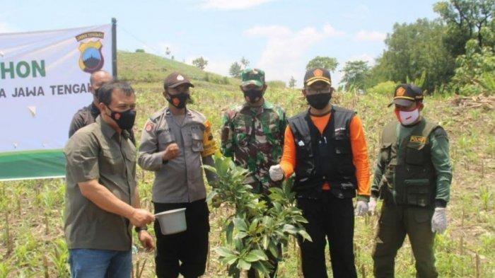 Tingkatkan Ketahanan Pangan, Kapolda dan Pangdam Tanam Alpukat dan Kelengkeng di Sragen