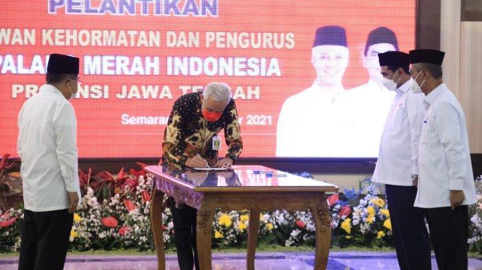 Gubernur Ganjar Pranowo menyaksikan penandatanganan berita acara pelantikan Dewan Kehormatan dan Pengurus PMI Jateng masa Bakti 2021-2026 di Gradika Bhakti Praja, Jumat (8/10/2021).