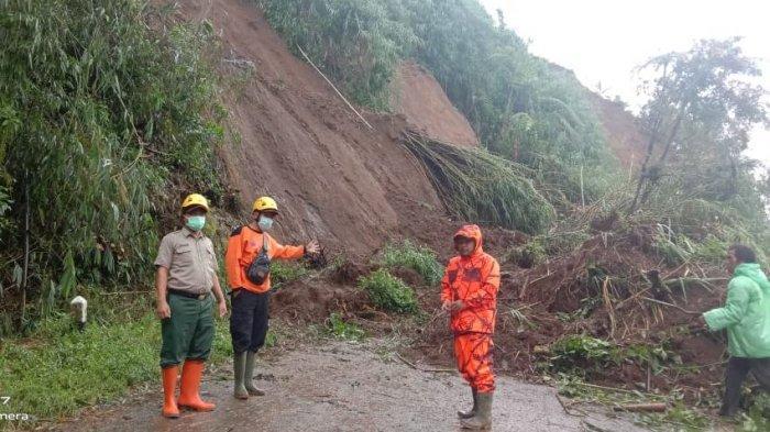 Penanganan longsor di jalur akses menuju Dieng via Banjarnegara, tepatnya di Desa Batur Kecamatan Batur, (8/2/2021) lalu.