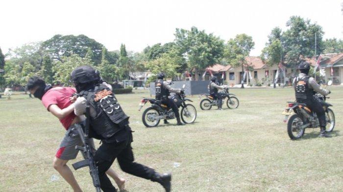 Timsus Pasopati Sat Samapta Polres Pati memeragakan penanganan massa aksi penjarahan, Kamis (2/9/2021)