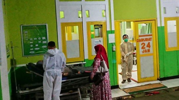Petugas di unit gawat darurat Puskesmas Bandar I, melakukan penanganan terhadap pasien usai insiden kecelakan odong-odong pembawa pengiring pengantin, di Dukuh Sipule, Desa Kluwih Kecamatan Bandar, Kabupaten Batang, Jumat (18/12/2020) malam.