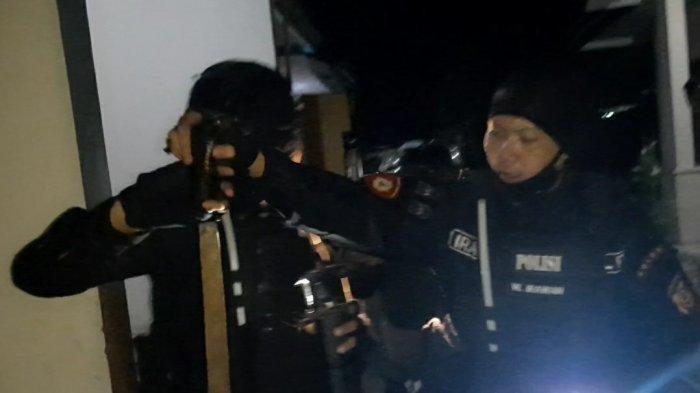 Kurang Ajar, Geng Motor Ayunkan Golok Ke Polisi & Wartawan, Timsus Ciduk Pelaku di Kolam