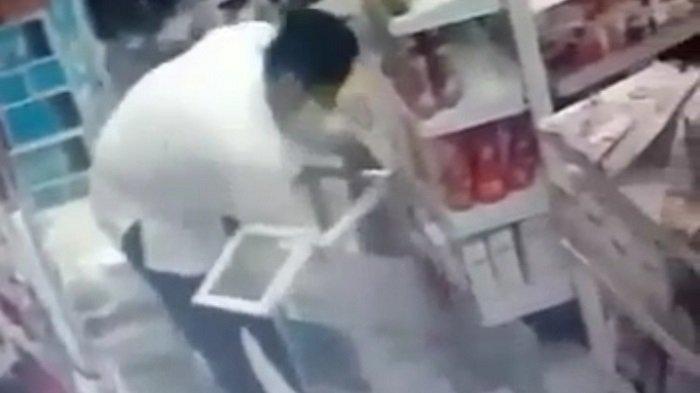 Pencuri Spesialis Kotak Amal Beraksi di Minimarket, Penampilannya bak Ustaz Pakai Baju Koko dan Peci