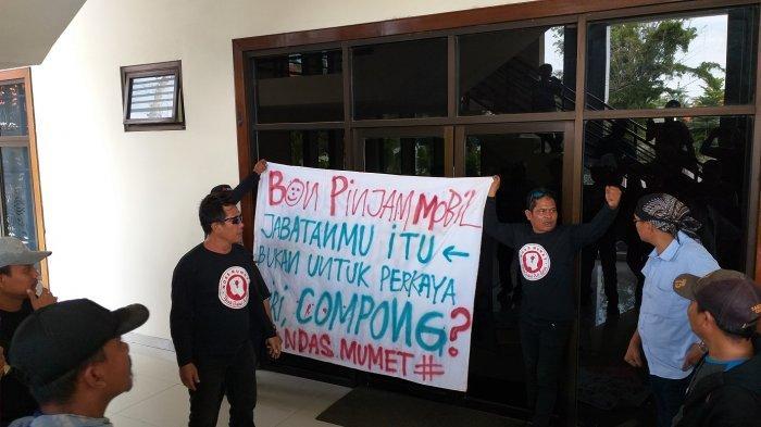 Masih Pakai Mobil Dinas, Pendemo Minta Oknum Anggota DPRD Brebes FPDIP Minta Maaf kepada Masyarakat