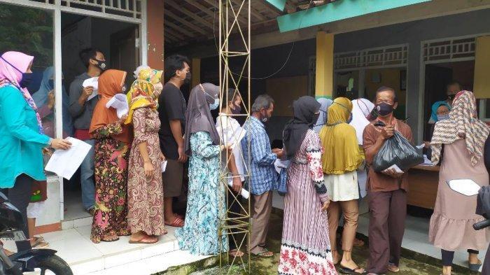 Bupati Tiwi Serahkan Bantuan Paket Sembako untuk Warga Korban Bencana Tanah Bergerak di Purbalingga