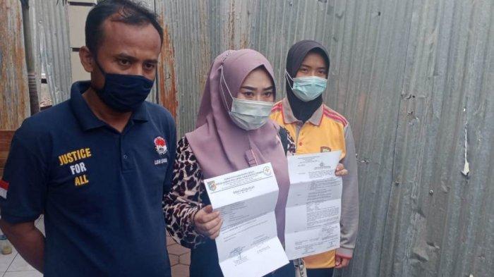 S (36) didampingi pengacara Haryanto (kiri) dan anggota Polwan Polres Demak (kanan) di Mapolres Demak, Jumat, (09/01/2021).