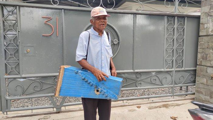 Lebaran Mbah Kasim Petik Kecapi Sepanjang Jalan Purwokerto Punguti Receh Warga