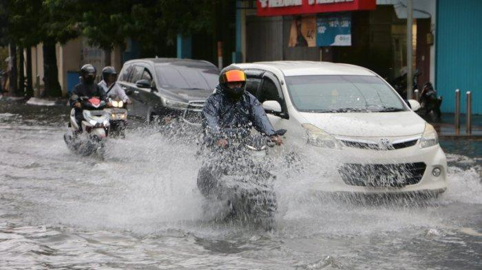 Pengendara menerjang banjir yang menggenangi jalan Gajah Mada Kota Semarang, Sabtu (6/2/2021)