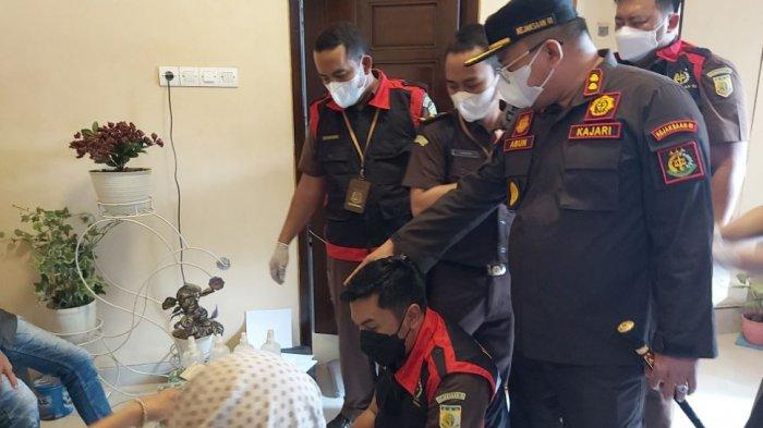 Kejaksaan Negeri Kabupaten Pekalongan saat melakukan penggeledahan di rumah tersangka kasus pemotongan bantuan Covid-19 untuk TPQ dan Madin.