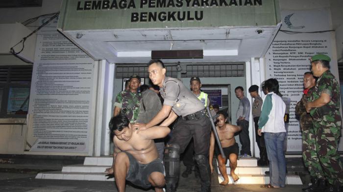 Napi Lapas Kualasimpang Mengamuk, Perpustakaan Dibakar