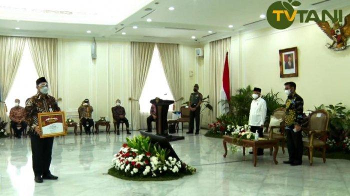 Penyerahan penghargaan Abdi Bakti Tani Tahun 2021 untuk Kategori Provinsi Dengan Nilai Ekspor Komoditas Pertanian Tertinggi tahun 2019-2020 di Istana Negara, Senin (13/9/2021).