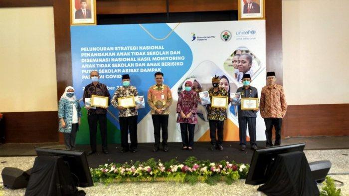 Desa Kedungsari Pati Terima Penghargaan Desa Peduli Pendidikan Dengan Memanfaatkan Data SIPBM