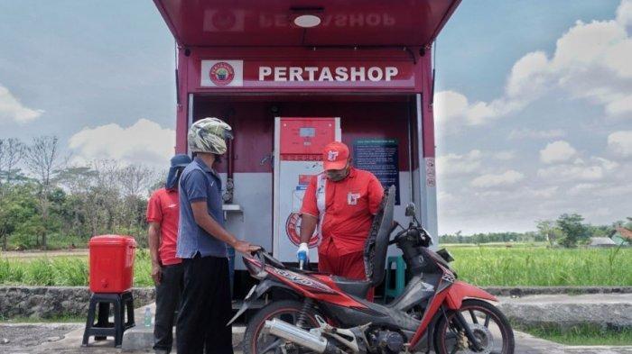 Aktivitas pengisian BBM oleh masyarakat di Pertashop.