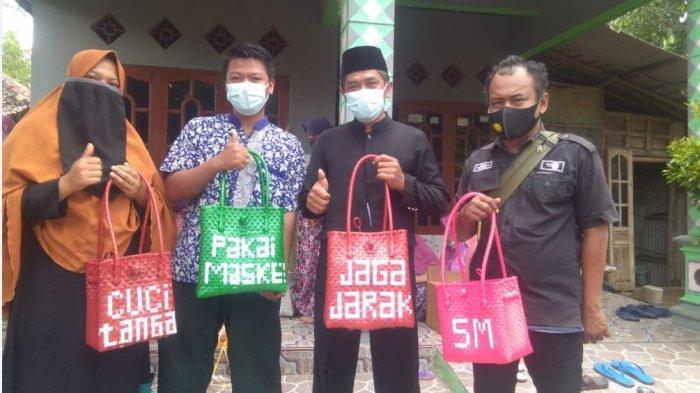 Perajin Desa Sepat Masaran Kampanyekan Prokes Melalui Kerajinan Tas dan Keset Anyaman