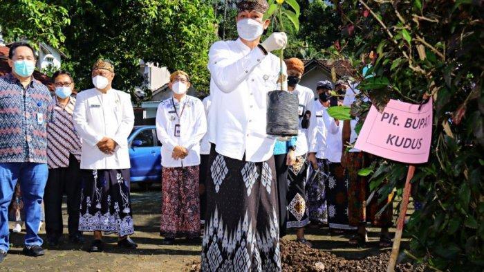 Tanam Pohon di Rahtawu, HM Hartopo Ajak Masyarakat Selamatkan Lingkungan