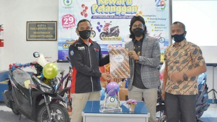 Pengundian pemenang dalam rangka HUT Perumda Air Minum Tirta Ayu Kabupaten Tegal yang ke-29. Sebanyak 29 hadiah menarik termasuk dua sepeda motor diundi di Kantor Perumda Air Minum Tirta Ayu Kabupaten Tegal, Jumat (30/4/2021) lalu.