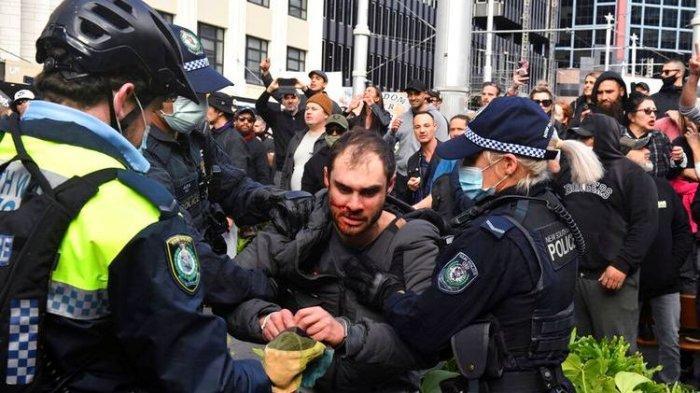 Seorang pengunjuk rasa, tengah, ditangkap oleh polisi dalam demonstrasi di Balai Kota Sydney Australia selama demonstrasi anti-lockdown 'World Wide Rally For Freedom' di Sydney, Sabtu, 24 Juli 2021.