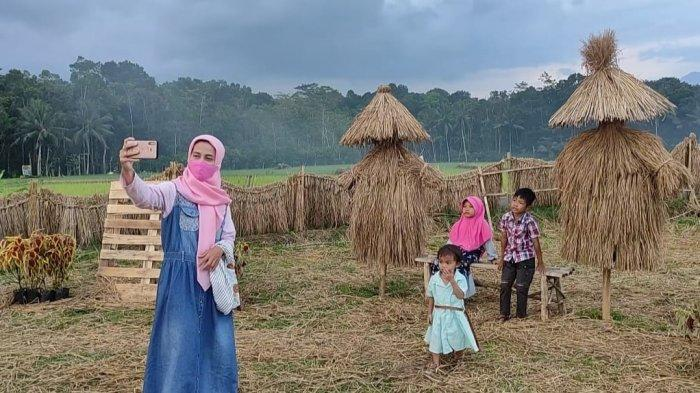 Indahnya Ngabuburit di Taman Patung Jerami Gili Lori Banjarnegara