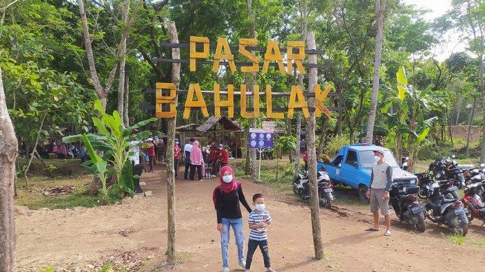Pengunjung Pasar Bahulak ketika berfoto di pintu masuk Pasar Bahulak, Desa Karungan, Plupuh, Sragen, Minggu (12/9/2021)