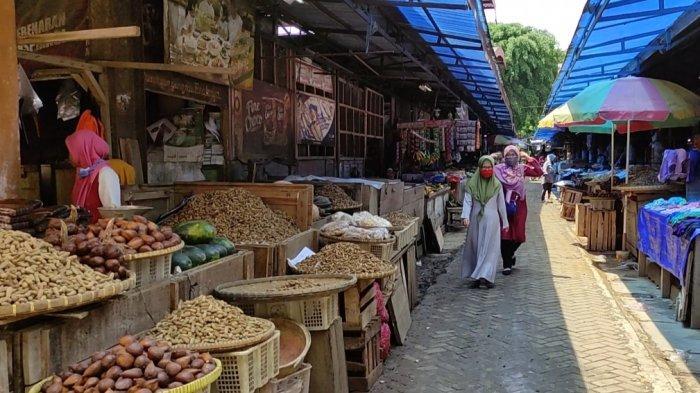 Ramai Jelang Tahun Baru, Adi Imbau Pedagang dan Pengunjung Pasar Segamas Purbalingga Patuhi Prokes
