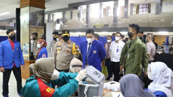 Peninjauan vaksin Rektor UMP Dr Jebul Suroso bersama Kapolda Jawa Tengah Irjen Pol Ahmad Lutfi di UMP, Jum'at (24/9/2021).