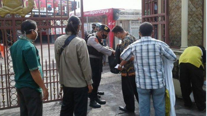 Penjagaan Diperketat, Petugas Periksa Orang yang akan Memasuki Area Polres Tegal dan Polsek Jajaran.