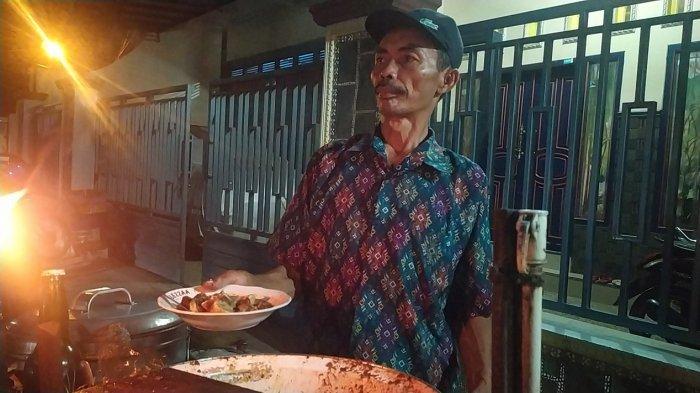 Penjual gulai serundeng khas Pekalongan Abdul Patah (60) sedang melayani pembeli di depan gang Makam Sapuro, Sapuro Kebulen, Pekalongan Barat, Kota Pekalongan, Minggu (16/5/2021). (TRIBUNJATENG/IWAN ARIFIANTO)