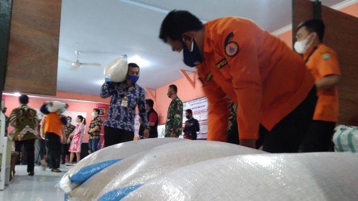 PT KIK Salurkan Bantuan 2,5 Ton Beras hingga 200 Kg Telur untuk Warga Kendal Isman