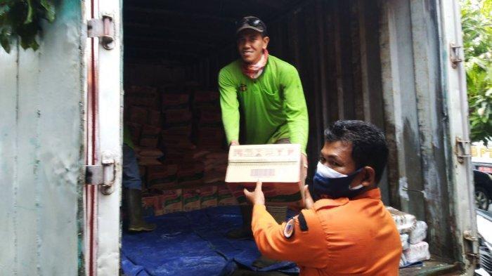 Penyaluran bantuan logistik dari PT KIK untuk warga Kendal yang menjalani isolasi mandiri, Kamis (24/6/2021).