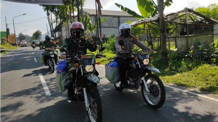 Gunakan Motor, Kapolres dan Dandim Purbalingga Keliling Bagikan 480 Paket Sembako Door to Door