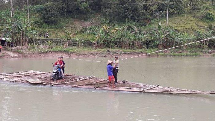 Melihat Penyeberangan Getek di Sungai Lukulo Kebumen, Tarif Seikhlasnya