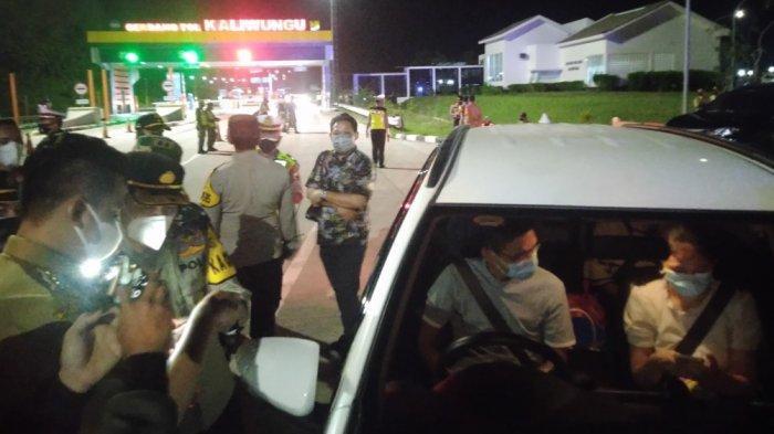 Operasi penyekatan PPKM darurat di exit tol Kaliwungu Kendal, Senin (5/7/2021) malam. Petugas amankan ratusan botol ciu dan 4 warga negara asing.