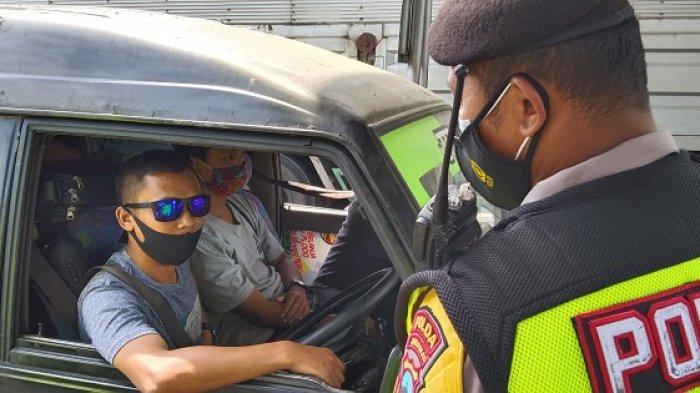 Petugas memeriksa kendaraannya yang melintas di tol Kalikangkung. Kendaraan yang tidak memenuhi sektor esensial dan kritikal harus diputarbalikkan.