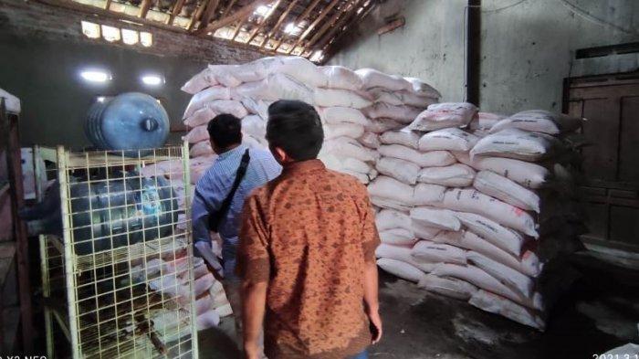 Sat Reskrim Polres Sragen ketika melakukan penyelidikan di kios milik Tri Widodo di Dukuh Belangan RT 01 Desa Kaliwedi, Kecamatan Gondang, Sragen.