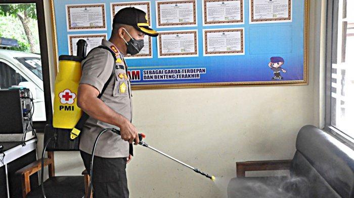 Antisipasi Virus Corona, Mapolres Wonogiri Disemprot Disinfektan oleh PMI Wonogiri