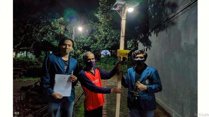 Mahasiswa KKN Undip Bikin Sendiri Lampu Jalan Berbasis Panel Surya untuk Warga Bulusan Semarang