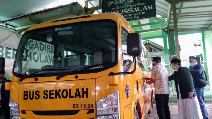 Pengecekan minibus bantuan Kementerian Perhubungan sebagai armada para santri Ppnpes Darussalam Ngadirejo Temanggung, Senin (22/2/2021).