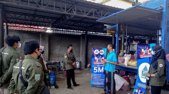 Penyerahan bantuan kebutuhan perlengkapan kesehatan dan logistik kepada penerima manfaat yang menjalani isolasi mandiri di Kabupaten Rembang.