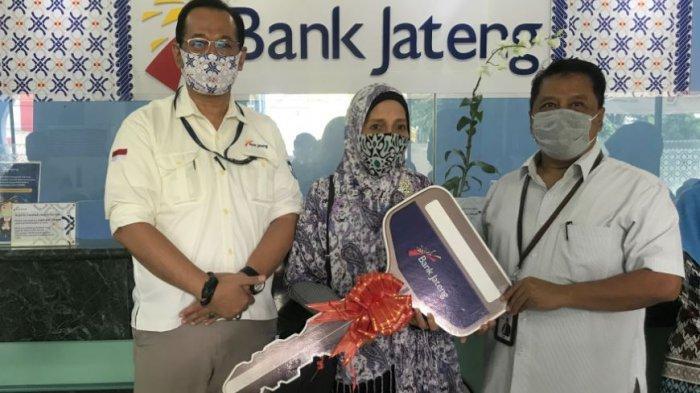 Penyerahan hadiah secara simbolis kepada para pemenang pengundian Tabungan Bima, yang dilakukan di Kantor Bank Jateng Cabang Semarang, Jumat, (4/12/2020).