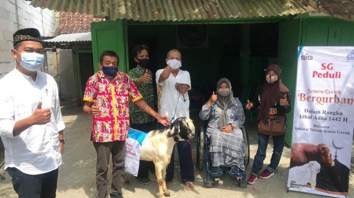 Penyerahan hewan kurban kepada pengurus Masjid Agung Rembang, (Senin, 19 Juli 2021)
