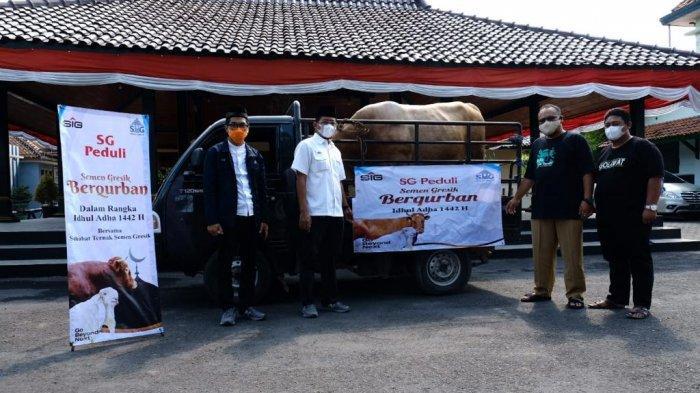 Penyerahan hewan kurban kepada wakil bupati Kabupaten Rembang, Mochamad Hanies Cholil Barro'. (Senin, 19 Juli 2021)