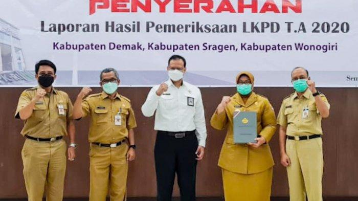 Penyerahan LKPD kepada Bupati Sragen, Kusdinar Untung Yuni Sukowati, di gedung Badan Pemeriksa Keuangan (BPK) Perwakilan Provinsi Jawa Tengah, Senin (3/5/2021) .