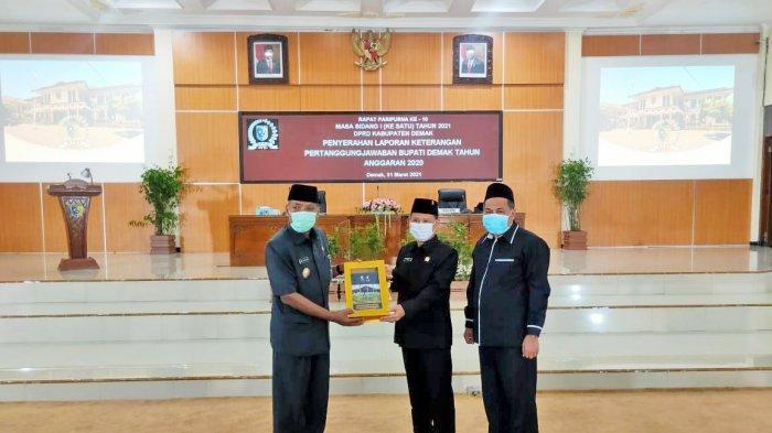 Penyerahan LKPJ dari Wakil Bupati Demak yang mewakil Bupati Demak kepada Ketua DPRD Kab Demak